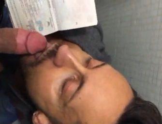 Pagando boquete para o policial passar na imigração