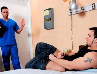 Phenix tem ajuda do enfermeiro para gozar gostoso