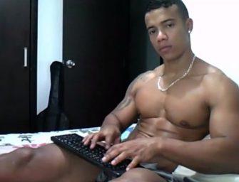 Latino musculoso suja todo tanquinho de porra quentinha