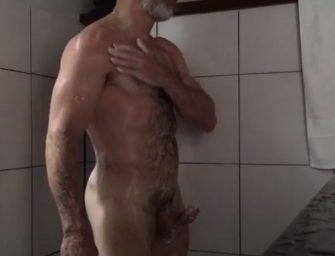 Maduro toma banho gostoso com pau duraço
