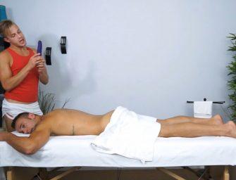 Massagista oferece trabalhos bem profundos ao cliente