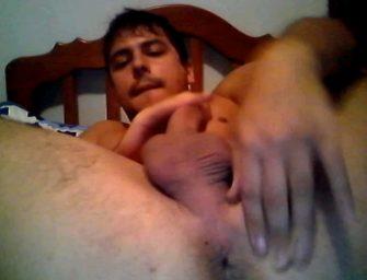 Novinho de Porto Alegre mexe no cu e engole porra