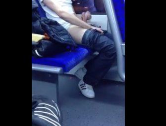 Tocando uma bronha e gozando dentro do metrô