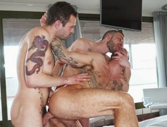 Passivo sortudo toma anaconda de dois machos safados