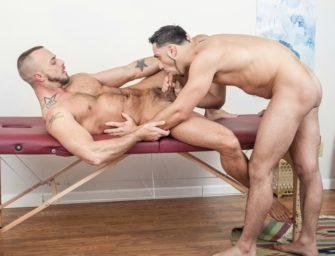 Dando uma massagem especial para gays enrustidos