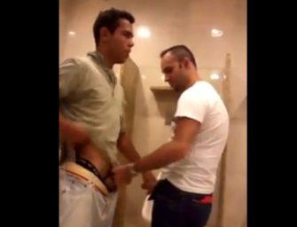 Pagando aquela mão amiga no banheirão público