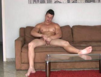 "Brasileiro musculoso adora ser o dominador e ""apertar"" muito"