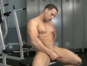 Macho sarado brinca com o cuzinho e goza na academia