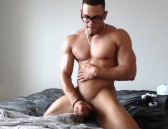 Nerd grandão se masturba e esporra gostoso