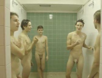 Colegas adoram compartilhar ducha no vestiário