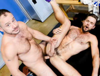 Relaxando gostoso no vestiário após treino pesado