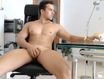 Cavalão mostra corpaço na webcam por trocados