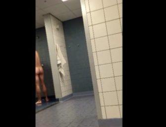 Macho é flagrado de pau duro no chuveiro público