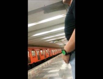 Macho mostra a rola marcada no meio da estação de metrô