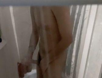 Flagrei o melhor amigo tocando uma no chuveiro