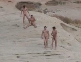 Safados são flagrados tocando uma na praia de nudismo