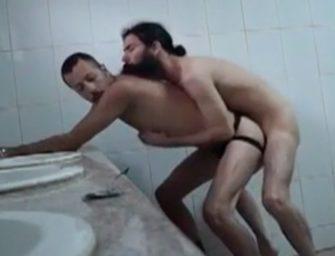 Dando o rabo para o barbudão no meio do banheiro abandonado