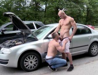 Foi ajudar o parceiro com o carro e tomou no cu em público