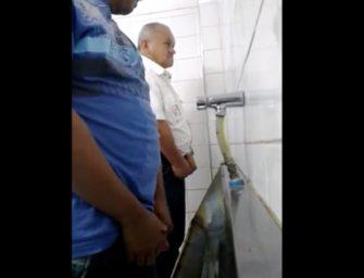 Flagras e várias safadezas com homens maduros no banheirão