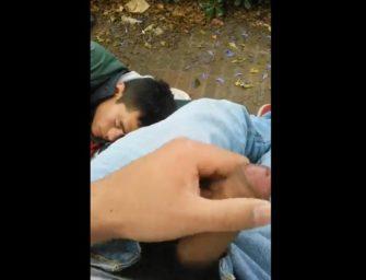 Maníaco safado goza na cara do amigo bêbado no parque
