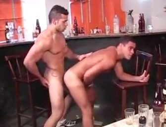 Flertando com o bartender gostosão e bem dotado