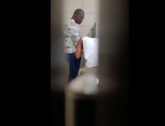 Safado é flagrado pagando boquete para negão no banheiro