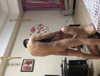 """Apresentando uma """"mãozinha"""" enquanto toma banho com a galera"""