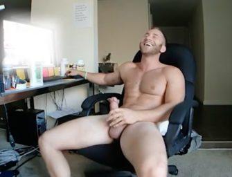 Machão bem dotado e musculoso toca uma bem gostosa