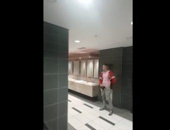 Homem safado, e pauzudo, mostra bronha no banheiro público