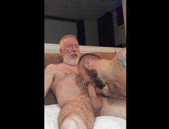 Paizão recebe uma mamada deliciosa do próprio filho