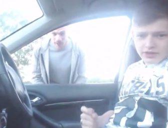 Novinho estava batendo uma punheta no carro até que….