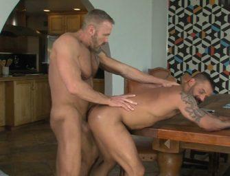 Tiozão come o tatuado com muita força na mesa da cozinha
