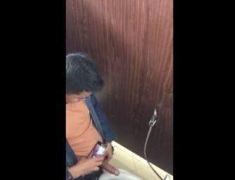 Novinho safado é flagrado tocando uma no banheirão do shopping