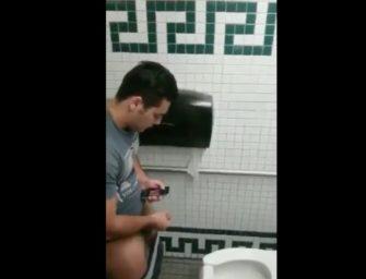 Bem dotado é flagrado tocando uma no banheirão público