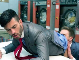 Andy Star dá uma bem gostosa no meio da lavanderia