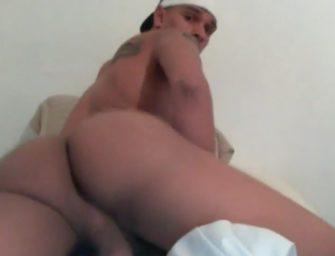 Brasileiro exibe bundão antes de tocar uma pra cam