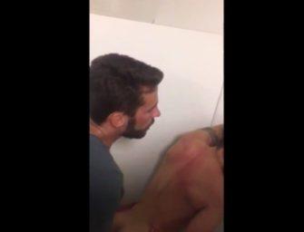 Casal de safados é flagrados trepando no banheirão