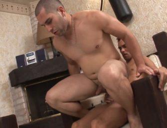 Gozando dentro do cuzinho do macho no meio da sala