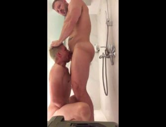 Galego dá de mamar bem gostoso para novinho safado no banho