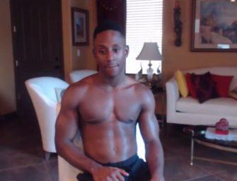 Negro esculpido bate uma caprichada e flexiona músculos pra gente