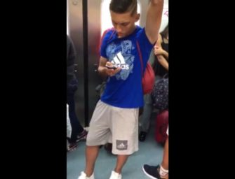 Volume de novinho charmoso impressiona dentro do metrô lotado
