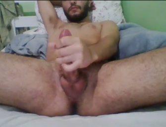 Brasileiro barbudo usa muito cuspe para fazer punheta render