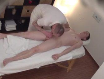 """Novinho só queria saber o tal """"tratamento especial"""" do massagista"""