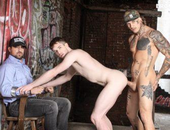 Enquanto guarda observa, tatuados estão doidos para trepar na rua