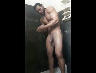 Moreno de corpão sensacional cai na net tomando aquele banho