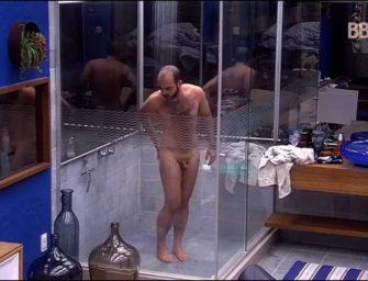 Mahmoud é flagrado tomando banho peladinho no BBB18