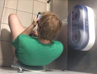 Flagra: Ruivo é flagrado batendo aquela punheta no banheiro