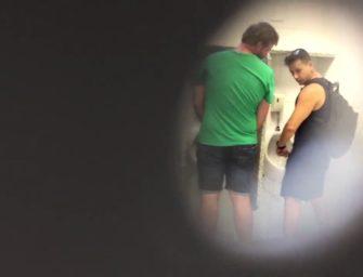 (HD) Safados são flagrados na pegação em banheirão de Joinville