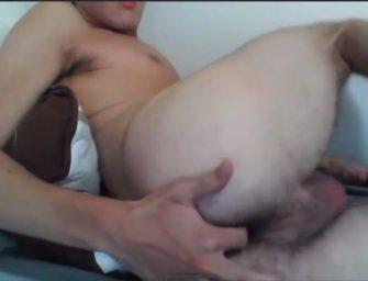 Batendo uma safada na cam, novinho aproveita para brincar com o cu