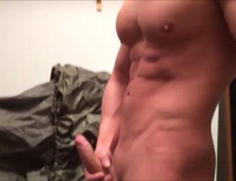 Bem dotado e definido, safado manda nude depois do treino e cai na net